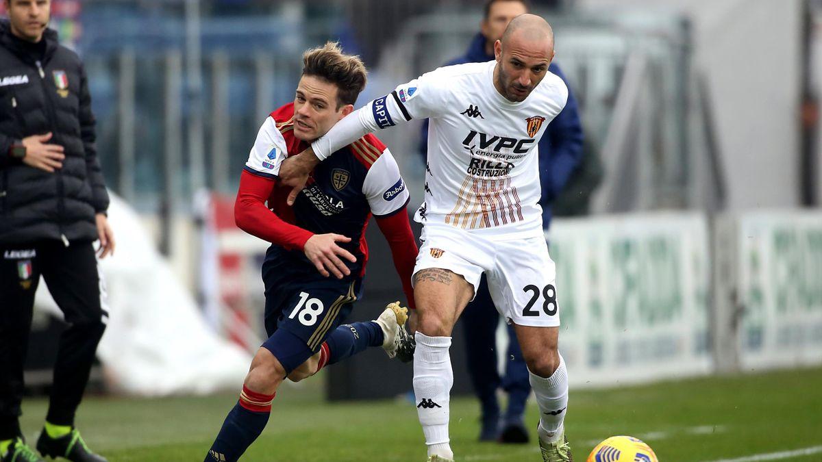 Cagliari-Benevento, Serie A 2020-2021: un contrasto tra Nahitan Nandez (Cagliari) e Pasquale Schiattarella (Benevento) (Getty Images)