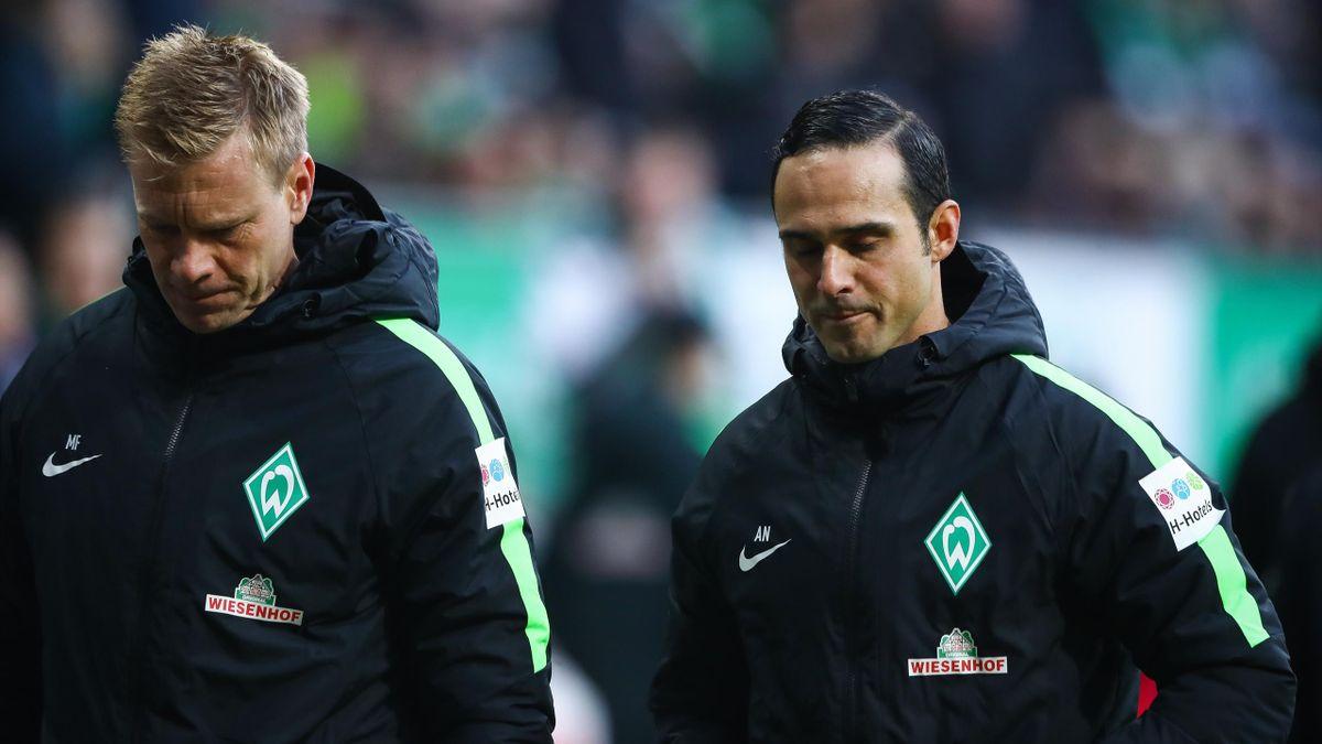 Alexander Nouri und Assistent Markus Feldhoff sind nach dem Bundesliga Spiel zwischen SV Werder Bremen und dem FC Augsburg enttäuscht