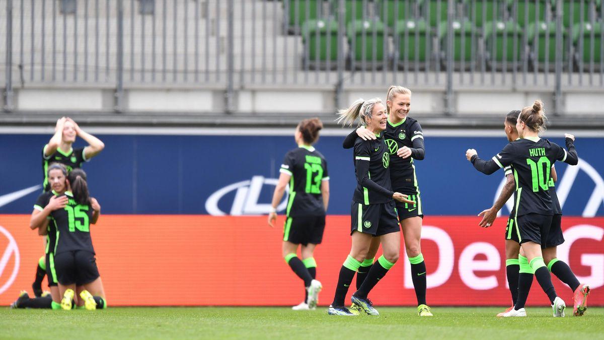 Die Spielerinnen des VfL Wolfsburg jubeln über den Einzug ins DFB-Pokalfinale