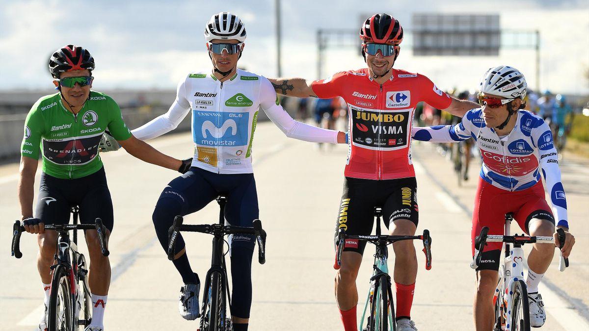 De gauche à droite, Richard Carapaz, Enric Mas, Primoz Roglic et Guillaume Martin posent pour la photo des vainqueurs des maillots distinctifs sur cette Vuelta 2020