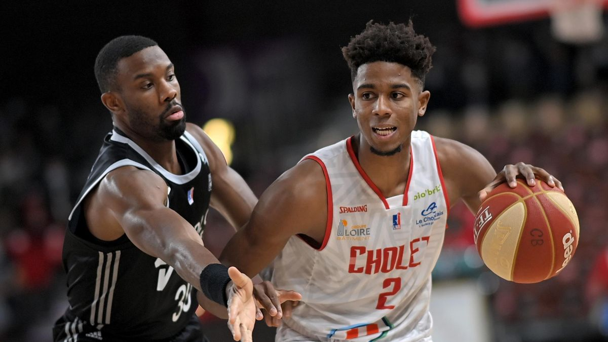 ASVEL's US player Norris Cole (L) fights for the ball with Cholet's French player Karlton Dimanche during the French championships basket-ball match between Cholet and Lyon-Villeurbanne