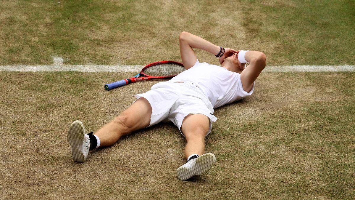 Denis Shapovalov à terre après sa victoire contre Karen Khachanov en quart de finale de Wimbledon 2021