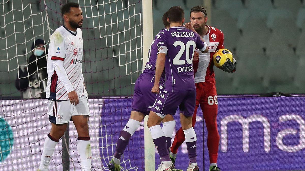 Dragowski coi compagni esulta per il rigore parato a Joao Pedro, Fiorentina-Cagliari, Getty Images