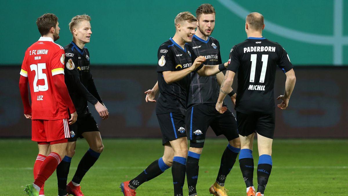 Sven Michel (r.) jubelt mit seinen Paderborner Mitspielern
