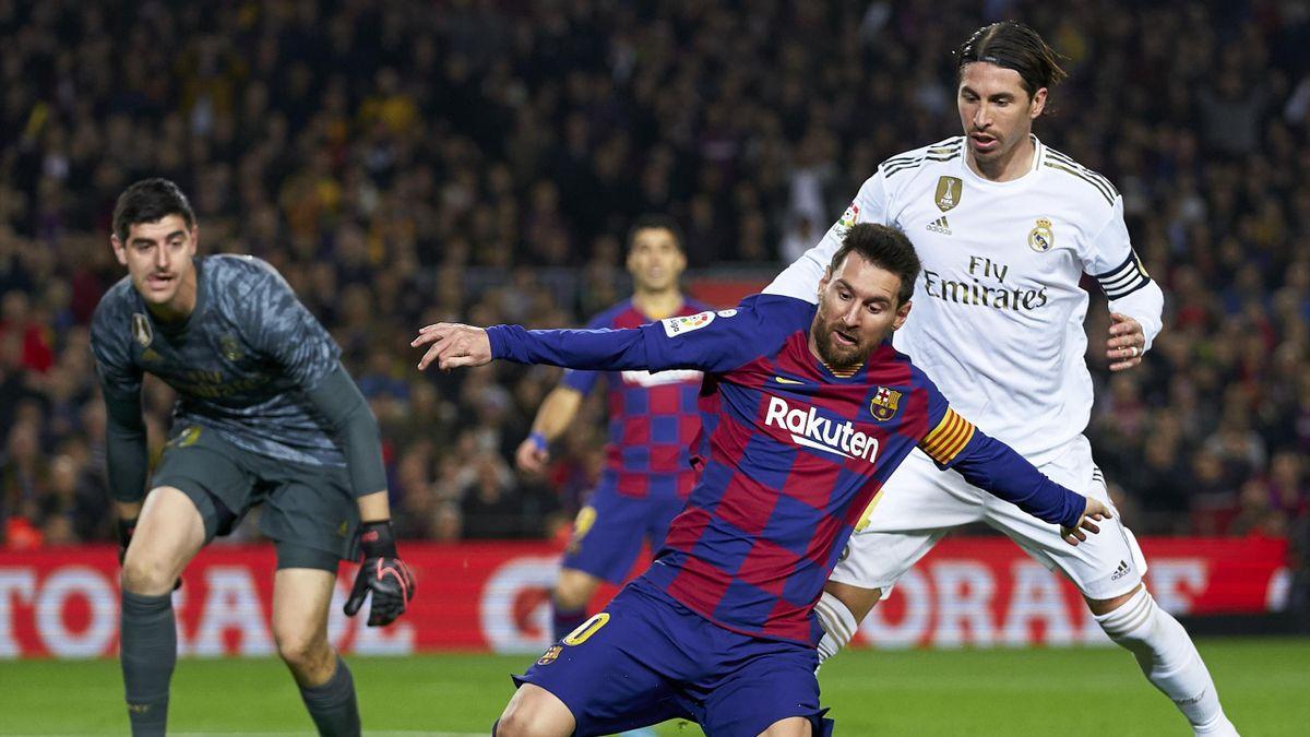 Lionel Messi (Barcelona) se duelează cu Sergio Ramos (Real Madrid)