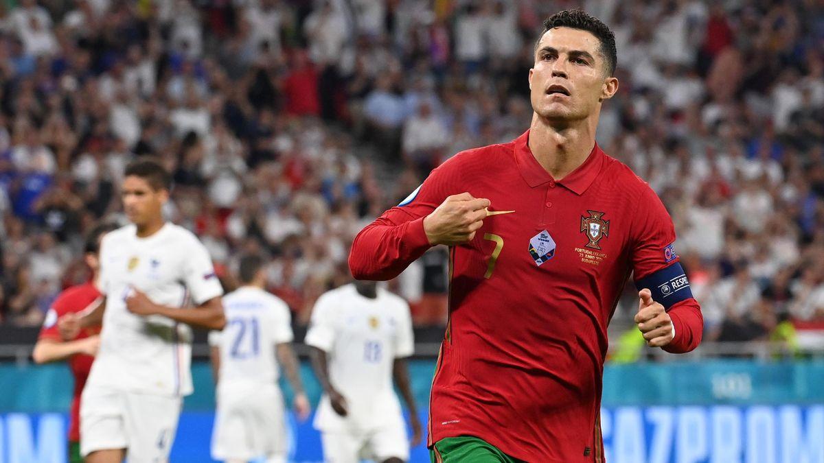 Cristiano Ronaldo esulta per il gol su rigore in Portogallo-Francia