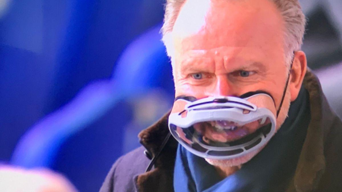 Karl-Heinz Rummenigge mit einem neuartigen Mund-Nase-Schutz vor dem Spiel des FC Bayern München beim FC Schalke 04 (Screenshot: Sky)