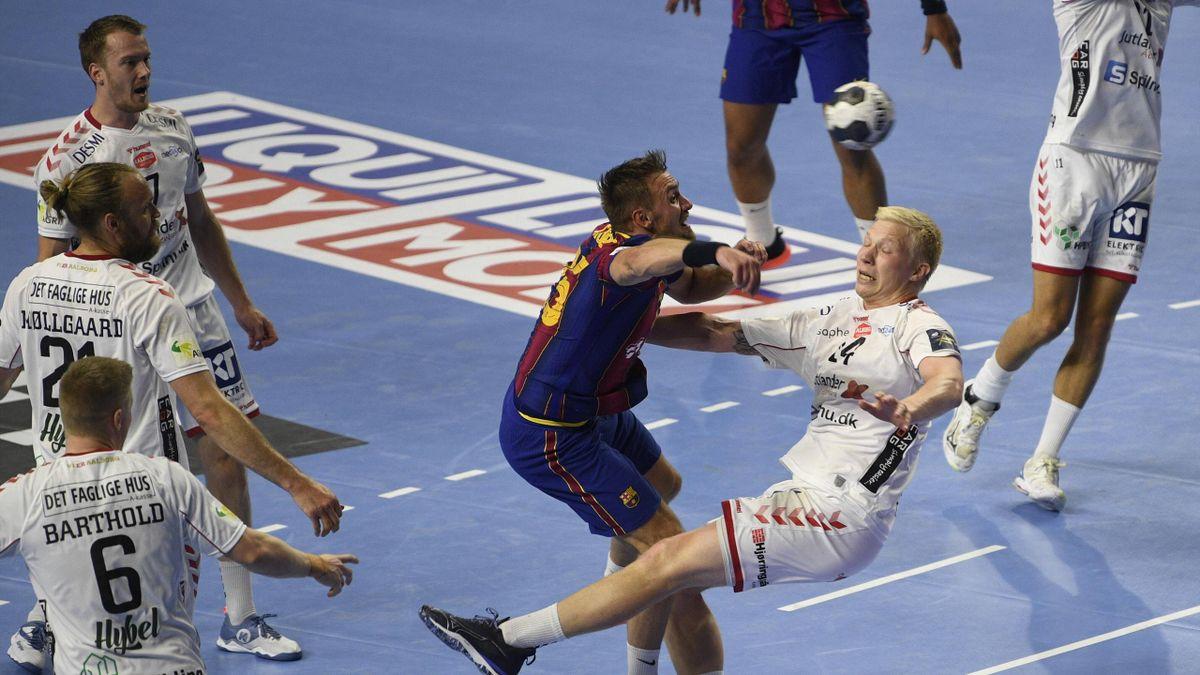 Luka Cindric FC Barcelona, Barca 25) kollidiert mit Magnus Jensen (Aalborg HB, 14), Handball, Männer, Velux EHF Final Four, Finale, FC Barcelona vs Aalborg HB, 13.06.21