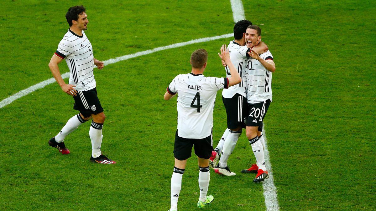 Robin Gosens bejubelt seinen Treffer gegen Lettland