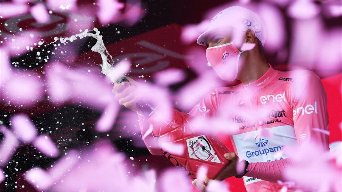 Attila Valter sul podio di Guardia Sanframondi con la maglia rosa - Giro d'Italia 2021