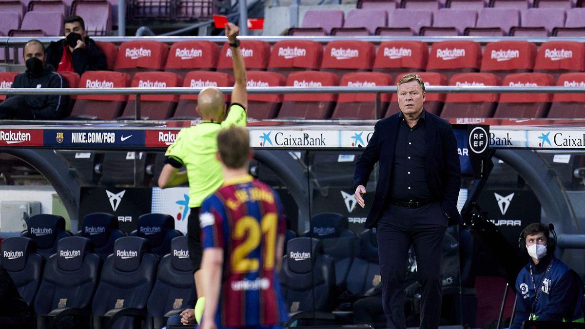 Der Trainer des FC Barcelona, Ronald Koeman, sieht gegen den FC Granada die Rote Karte
