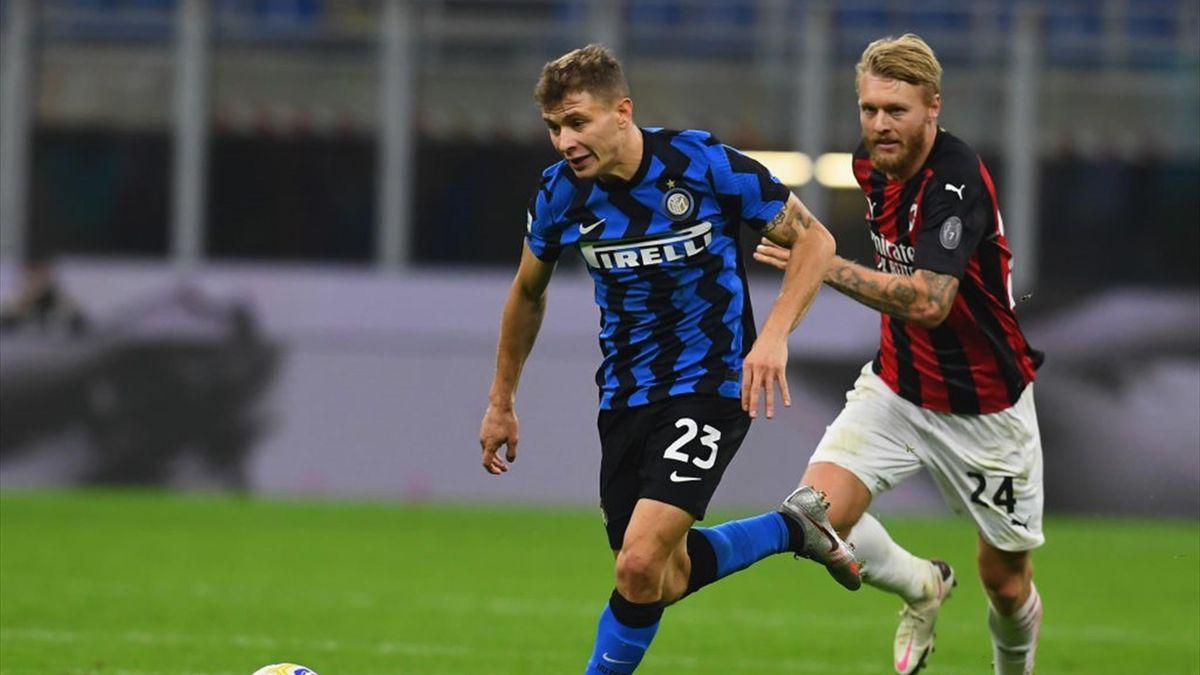 Barella e Kjaer a duello durante un derby Inter-Milan - Serie A 2020/2021