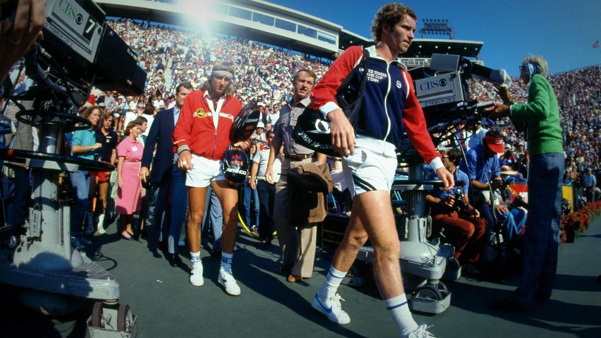John McEnroe et Bjorn Borg entrent sur le court Louis-Armstrong pour disputer la finale de l'US Open 1981. Ce sera leur dernier duel.
