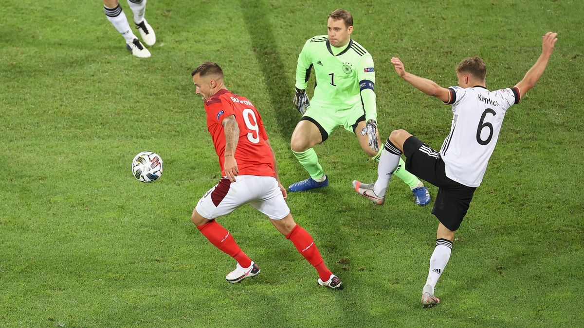 Manuel Neuer (Mi.) im Duell mit Haris Seferovic (li.)