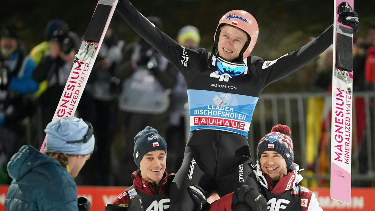 Poland's Dawid Kubacki (top) reacts after his second jump during the fourth stage of the Four Hills Ski Jumping tournament (Vierschanzentournee) in Bischofshofen, Austria, on January 6, 2020