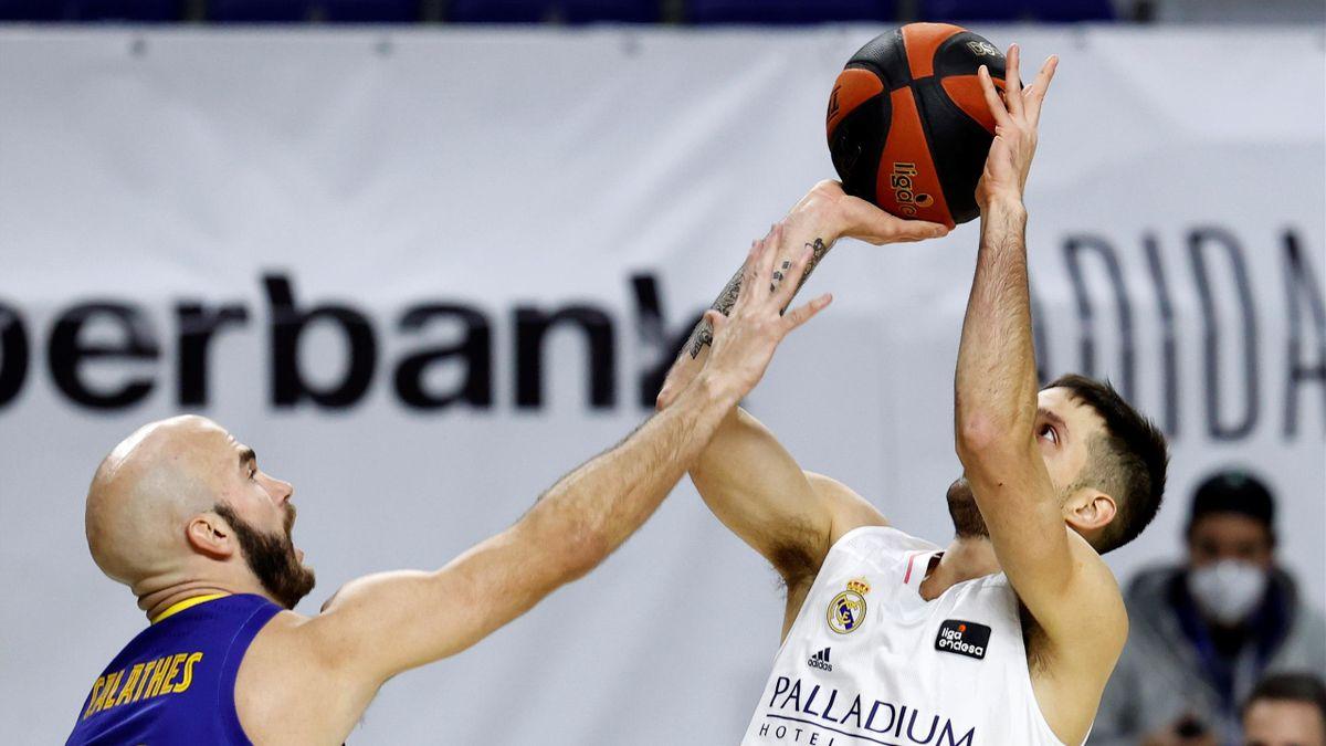 Laprovittola (Real Madrid) tira con la oposición de Calathes (Barcelona)