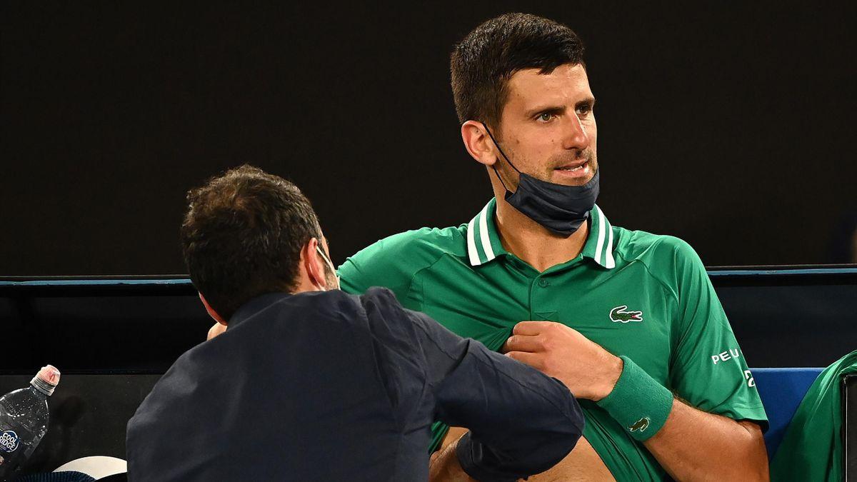Novak Djokovic primește îngrijiri medicale la Australian Open 2021