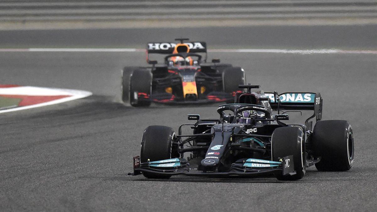 Lewis Hamilton im Mercedes vor Red-Bull-Pilot Max Verstappen bei den Testfahrten in Bahrain 2021