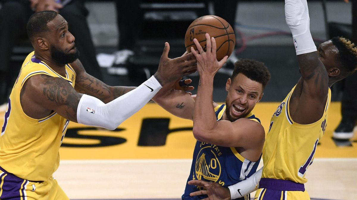 LeBron James y Stephen Curry luchan por un balón en el Lakers-Warriors celebrado el día de Luther King