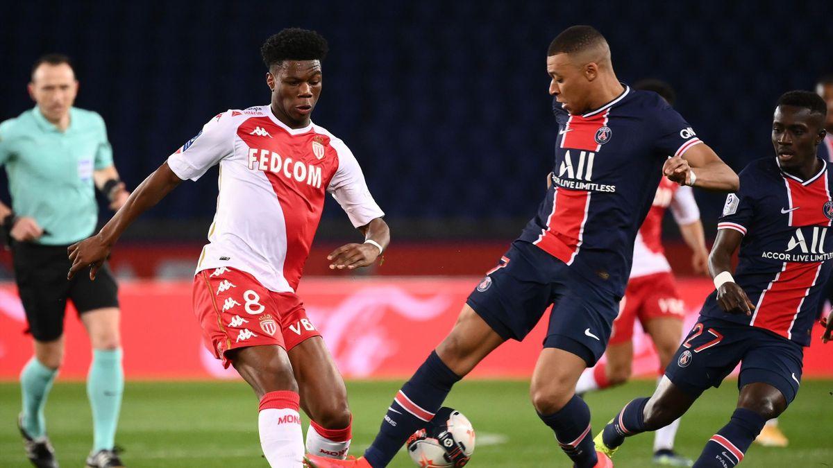 Aurélien Tchouaméni au duel avec Kylian Mbappé lors de la rencontre PSG - AS Monaco / Ligue 1