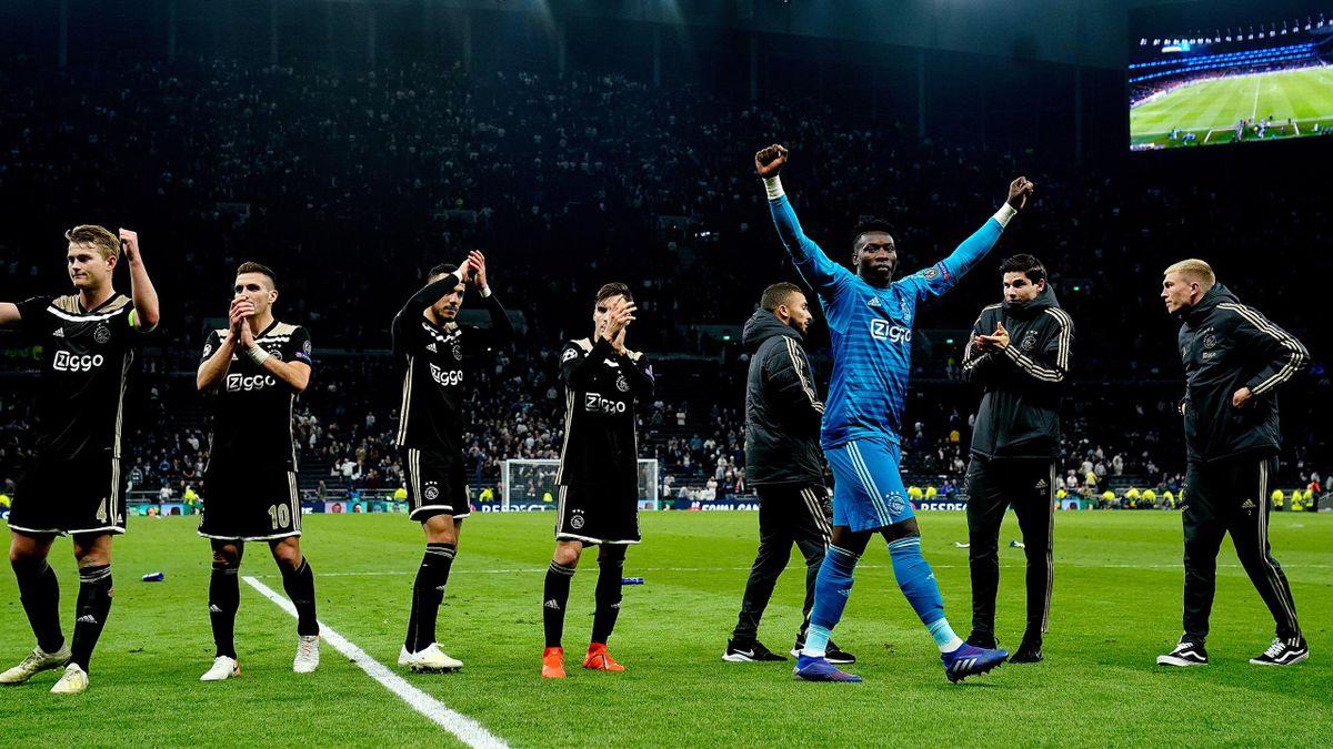 Mathijs De Ligt, Andre Onana e i giocatori dell'Ajax esultano sotto lo spicchio dei tifosi dell'Ajax a Londra, Getty Images