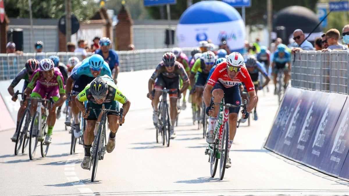 Elia Viviani vince sul traguardo di Comacchio nella volata contro Jakub Mareczko - Adriatica Ionica Race 2021