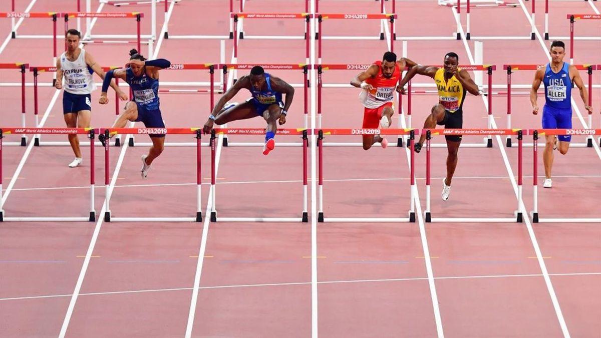 Orlando Ortega y Omar McLeod en la final de los 110 m vallas en los Mundiales de atletismo de Doha 2019