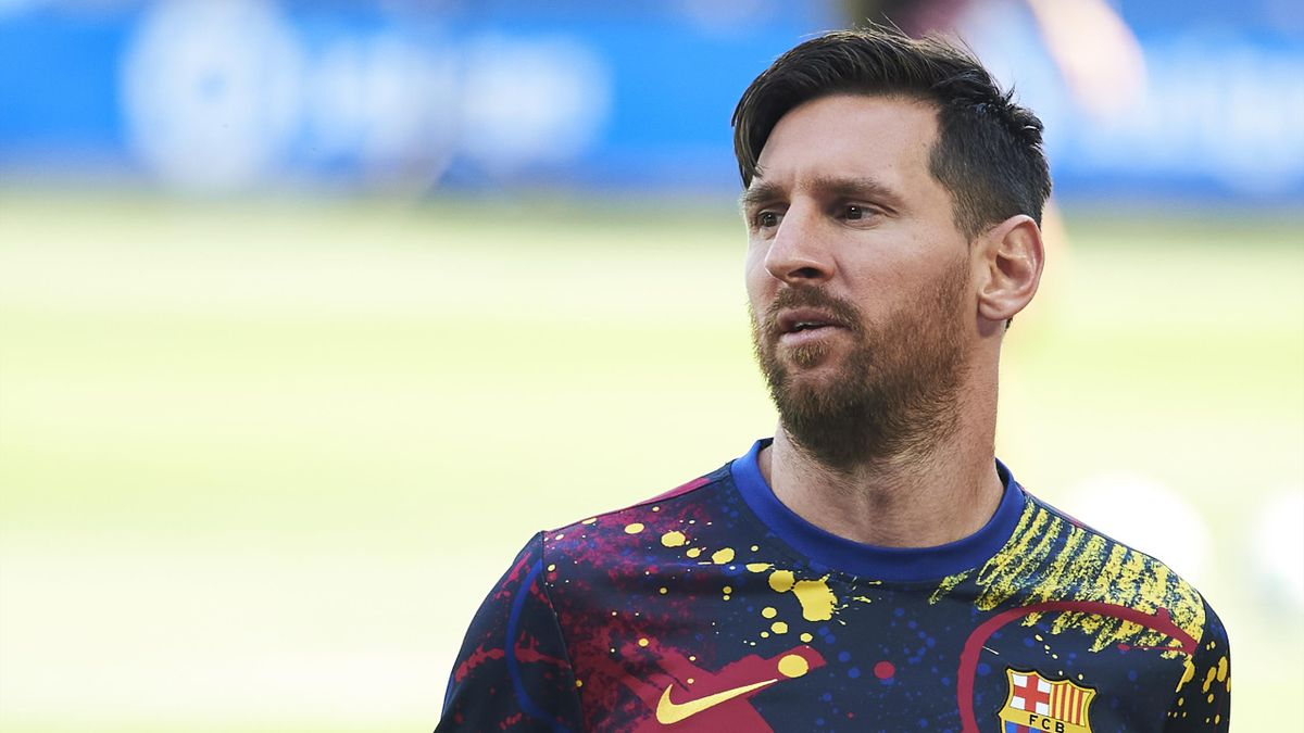 Lionel Messi warms up for Barcelona