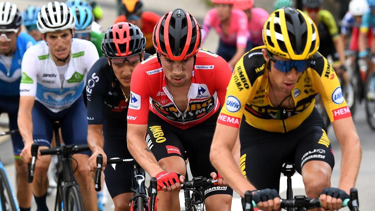 George Bennett (Jumbo-Visma), avec dans sa roue son leader, le maillot rouge Primoz Roglic, suivi de Richard Carapz (Ineos Grenadiers), Enric Mas et Alejandro Valverde (Movistar)