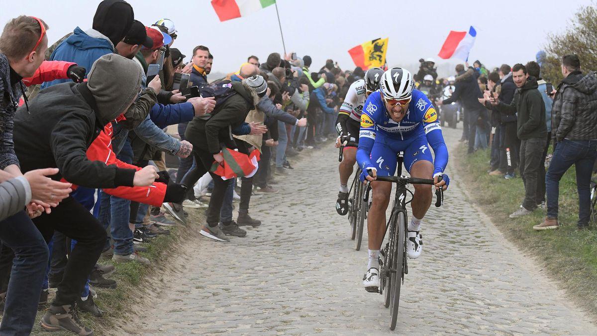 Philippe Gilbert sta per staccare Sagan nel Carrefour de l'Arbre: è il pavé che segna la successione della Parigi-Roubaix.