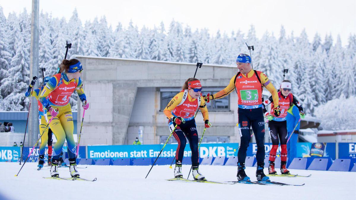Erik Lesser (2.v.r.) und Janina Hettich (3.v.r.) in der Mixed-Staffel von Oberhof