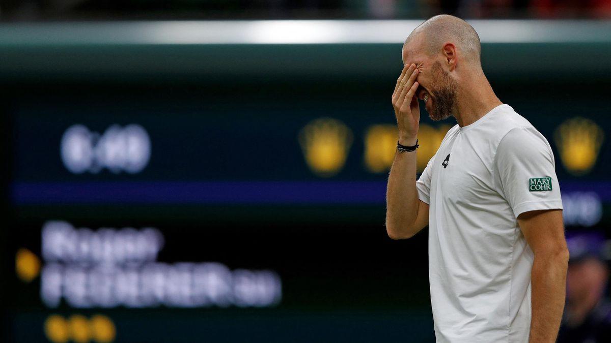 Adrian Mannarino abandonne après sa chute lors de son match face à Roger Federer à Wimbledon 2021