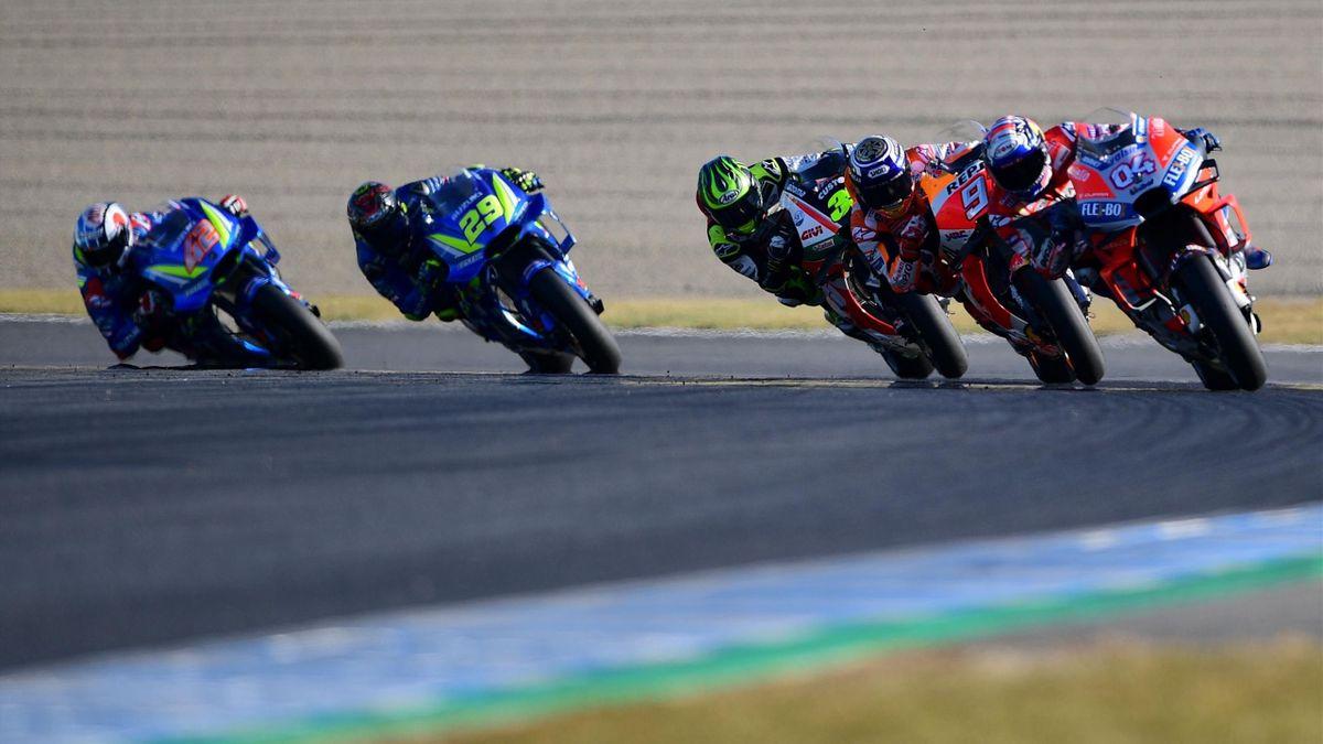 Alex Rins (Suzuki), Andrea Iannone (Suzuki), Cal Crutchlow (LCR Honda), Marc Marquez (Honda) și Andrea Dovizioso (Ducati) în timpul Marelui Premiu al Japoniei MotoGP, pe circuitul Twin Ring din Motegi.
