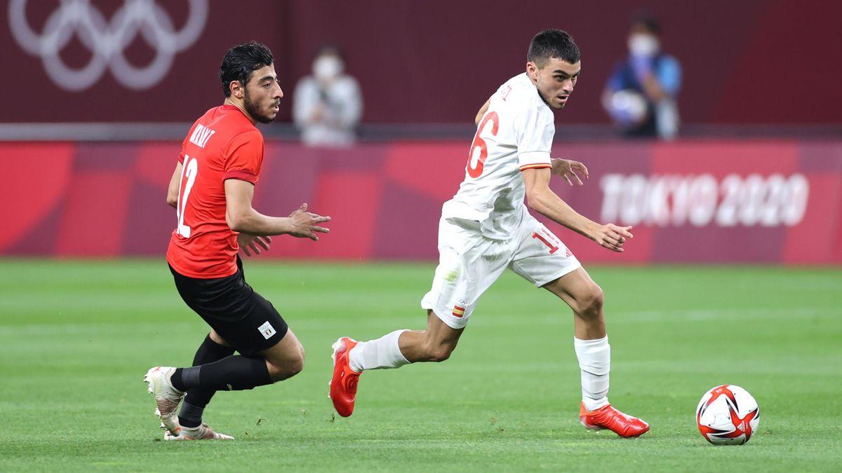 Pedri au duel avec Akram Tawfik lors de la rencontre Egypte - Espagne aux Jeux Olympiques de Tokyo 2020