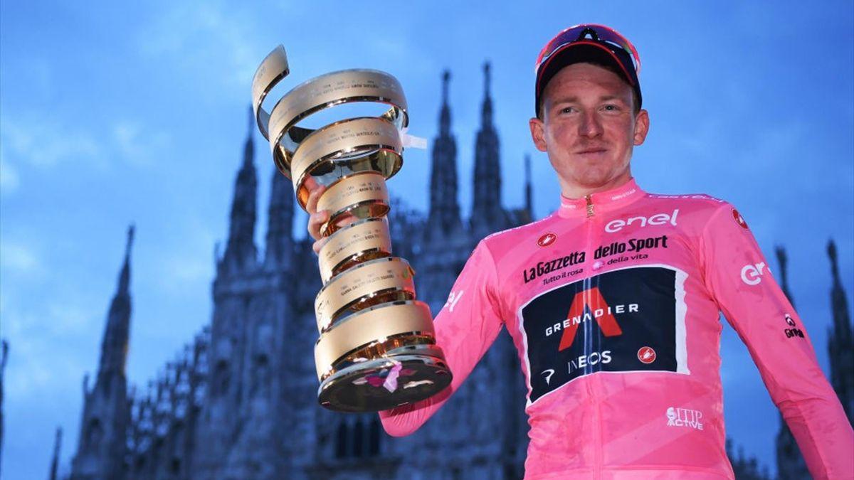 Giro-Sieger 2020 Tao Geoghegan Hart (Ineos Grenadiers) mit dem Siegerpokal in Mailand