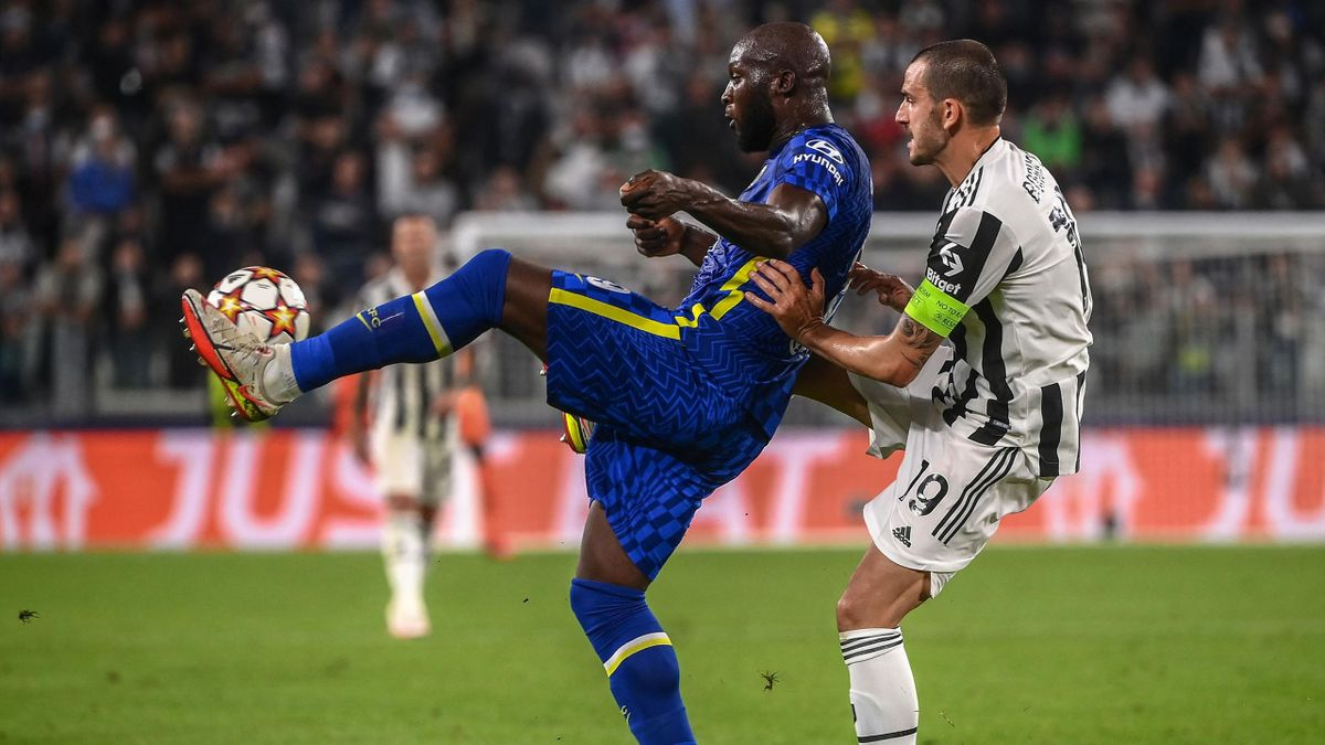 Chelsea's Belgian forward Romelu Lukaku (L) and Juventus' Italian defender Leonardo Bonucci go for the ball during the UEFA Champions League Group H football match between Juventus and Chelsea on September 29, 2021 at the Juventus stadium in Turin