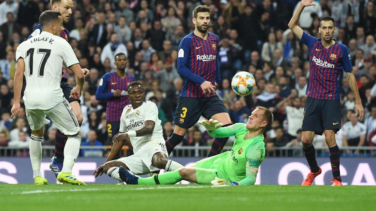 Ter Stegen evita el gol de Vinicius en el Real Madrid-Barcelona de Copa del Rey
