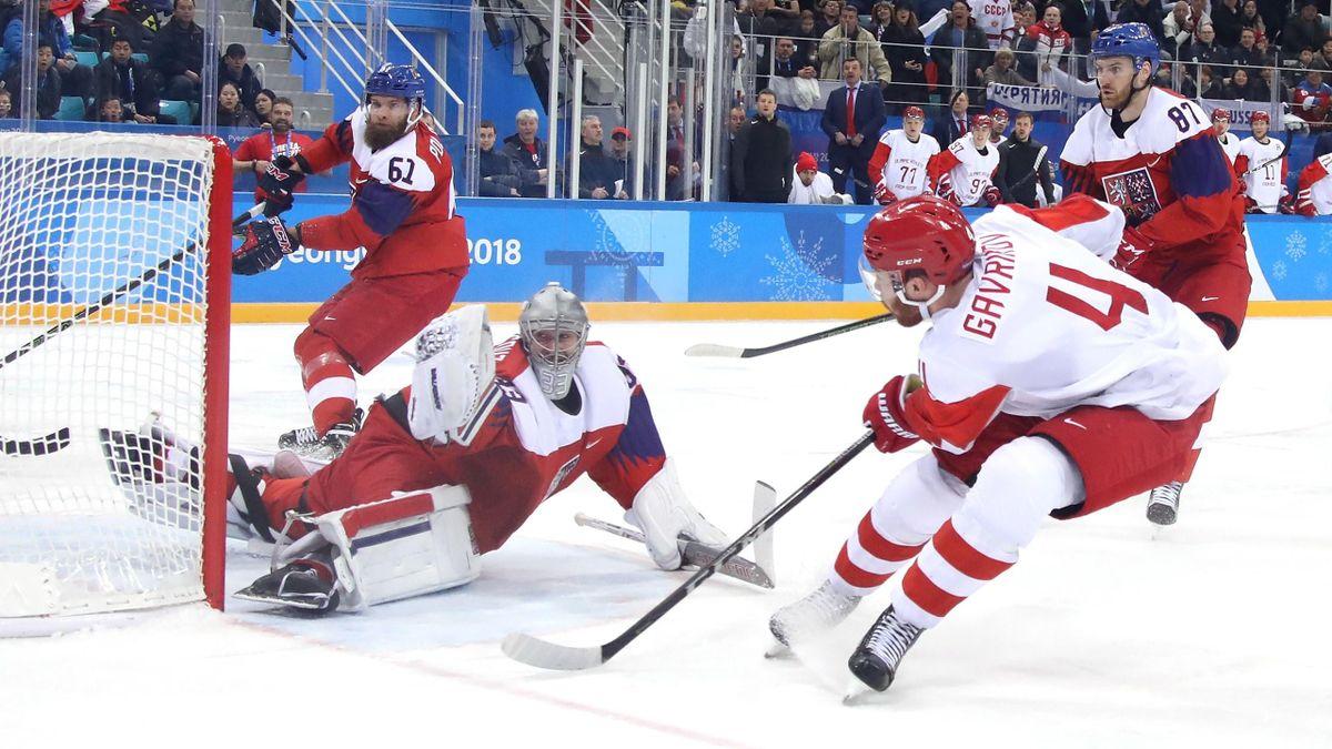 Russlands Vladislav Gavrikov, vorne, trifft am 23. Februar 2018 in Gangneung im ersten Drittel des olympischen Eishockey-Halbfinales gegen Tschechien und dessen Keeper Pavel Francouz.