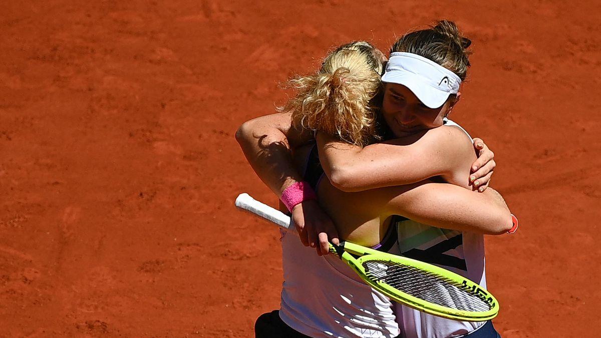 Barbora Krejcikova et Katerina Siniakova célèbrent leur victoire en double dames à Roland-Garros 2021