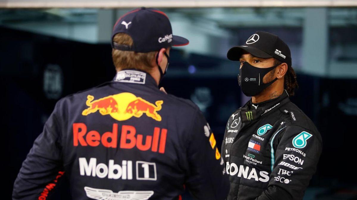 Lewis Hamilton (r.) im Gespräch mit Red-Bull-Pilot Max Verstappen