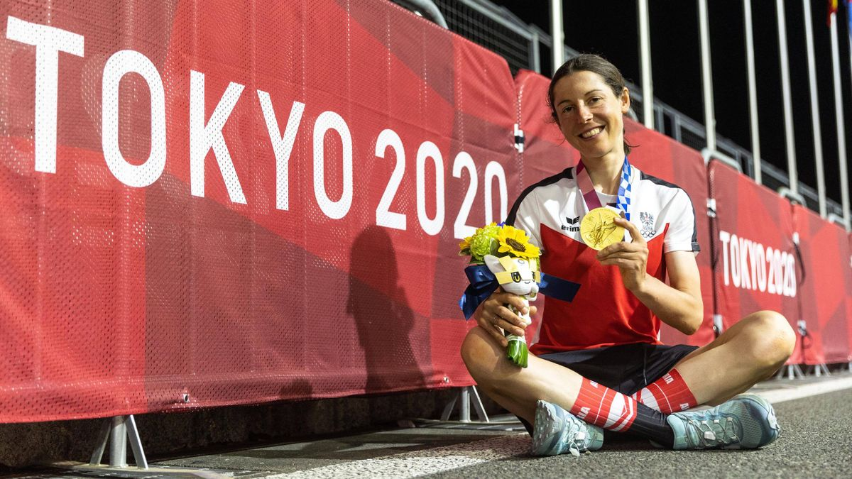 Anna Kiesenhofer feiert ihren Olympiasieg in Tokio