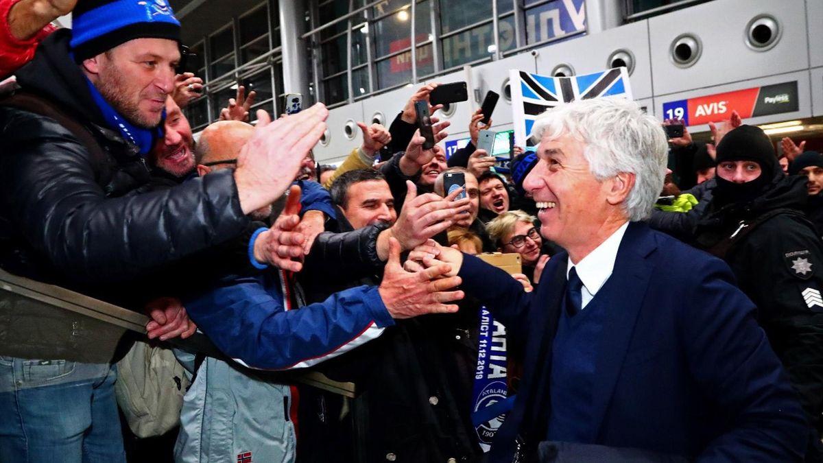 Gian Piero Gasperini accolto da una folla in festa all'aeroporto di Kharkiv dopo l'impresa dell'Atalanta (Foto profilo ufficiale Twitter Atalanta)