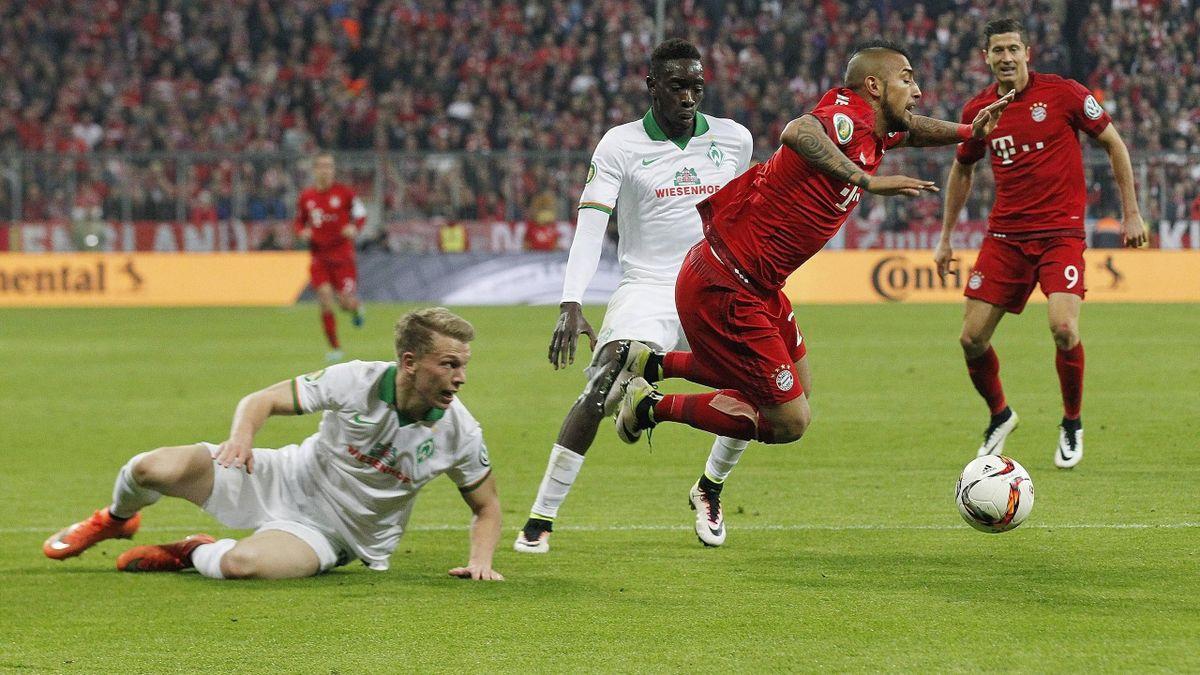 Schwalbe von Arturo Vidal (FC Bayern München) im DFB-Pokal-Spiel gegen Werder Bremen
