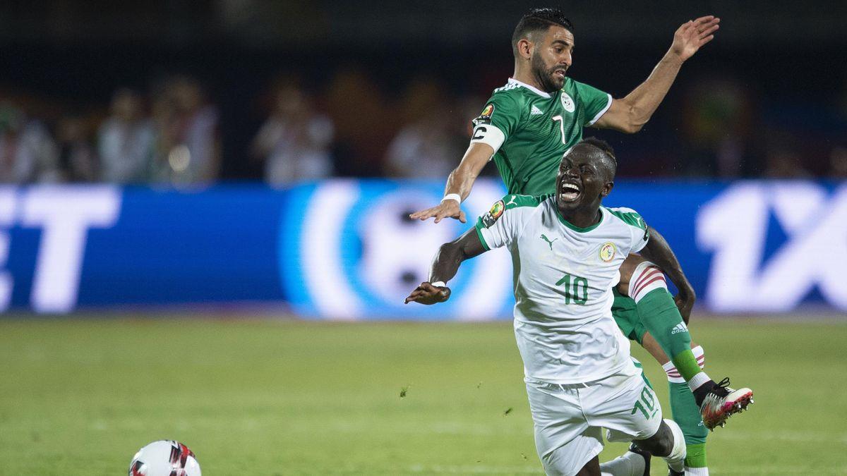 Senegal-Algeria, Coppa d'Africa 2019, fase a gironi: Sadio Mané (Senegal, maglia bianca), contrastato da Riyad Mahrez (Algeria, maglia verde) (Getty Images)