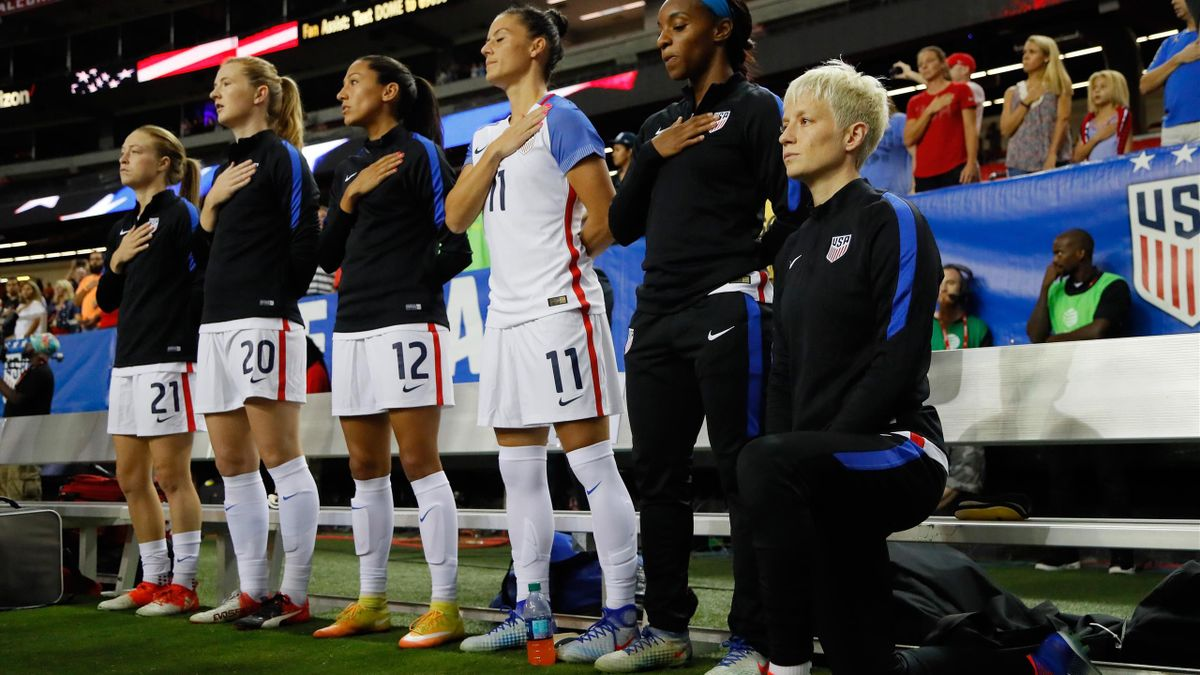 Morgan Rapinoe, genou à terre lors de l'hymne américain