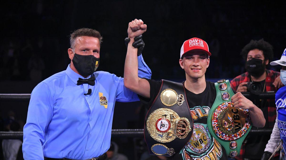 Brandon Figueroa célèbre sa victoire face à Luis Nery, synonyme d'unification des titres WBA et WBC des super-coqs