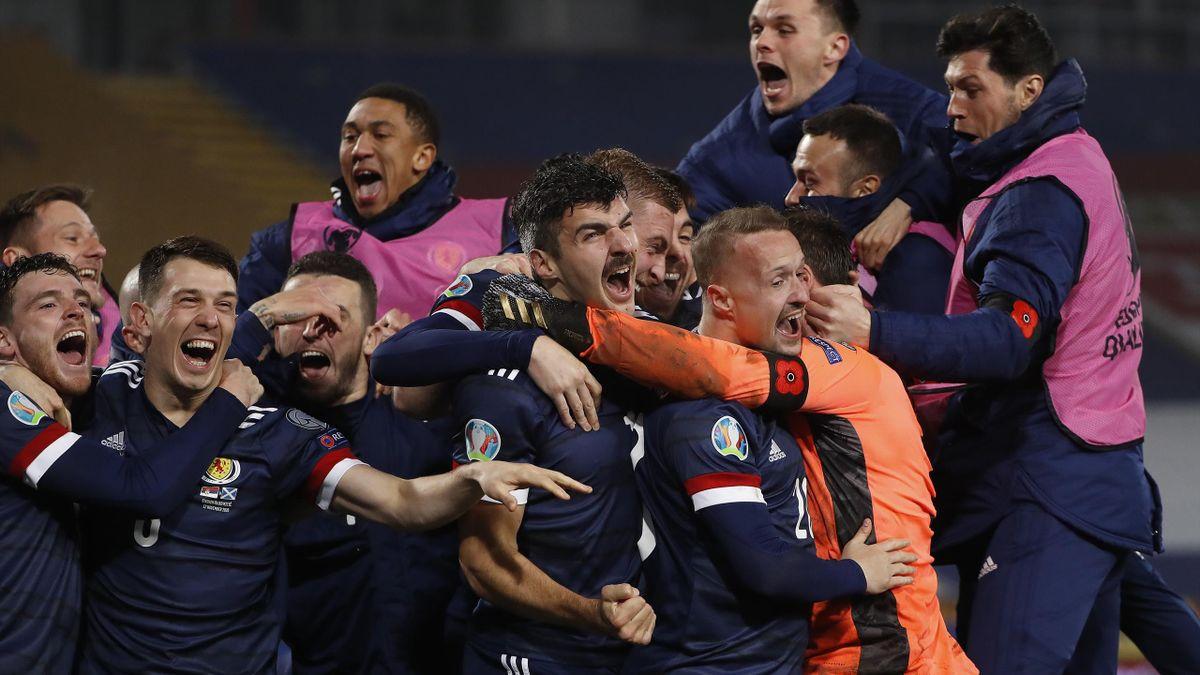 La Scozia in festa abbraccia il portiere Marshall dopo il rigore decisivo parato a Mitrovic e che condanna la Serbia. Scozia a Euro2020