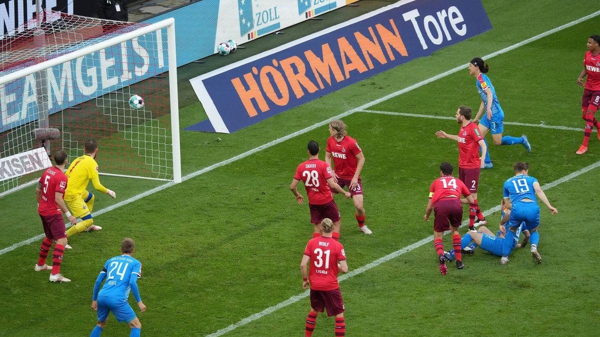 Simon Lorenz köpft ein zum 1:0 für Kiel - 1. FC Köln vs. Holstein Kiel