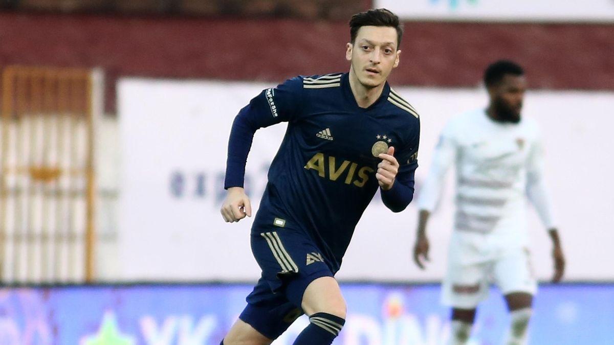 Mesut Özil gibt Debüt bei Fenerbahce