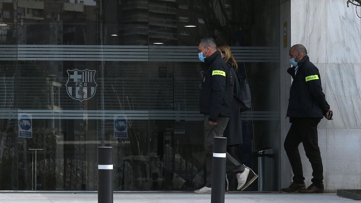 Police officers enter the offices of Barcelona Football Club on March 01, 2021